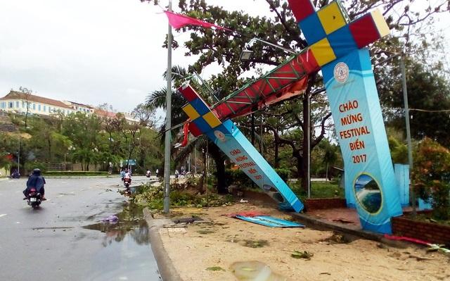 Cổng chào mừng Lễ hội biển Nha Trang bị bão hất văng, biến dạng