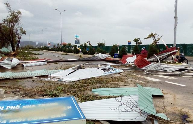 Nhiều nơi ở TP Nha Trang gần như tan tành, mái tôn vương vãi khắp nơi trên đường