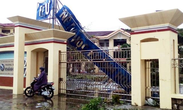 Biển hiệu trường Đại học Khánh Hòa ở phía bắc Nha Trang bị gãy nát, cong vênh sau bão số 12