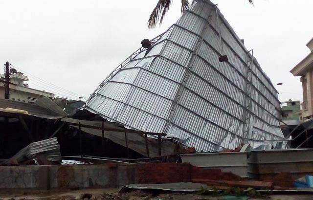 Nhà dân ở gần biển Nha Trang tốc mái, hư hỏng nghiêm trọng