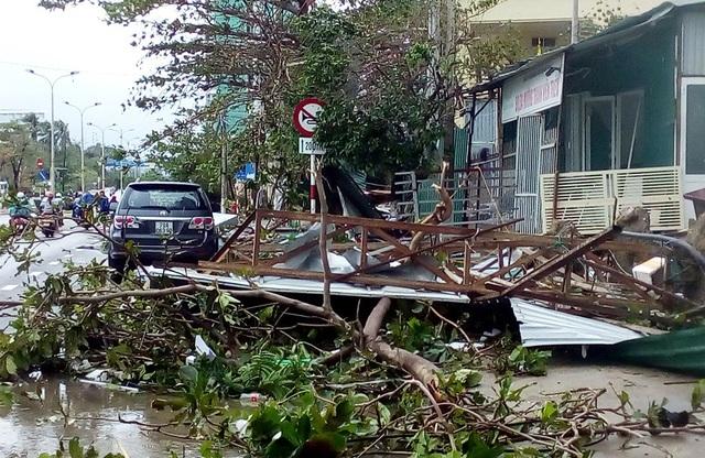 Đường Phạm Văn Đồng ven biển Nha Trang tan hoang sau bão số 12