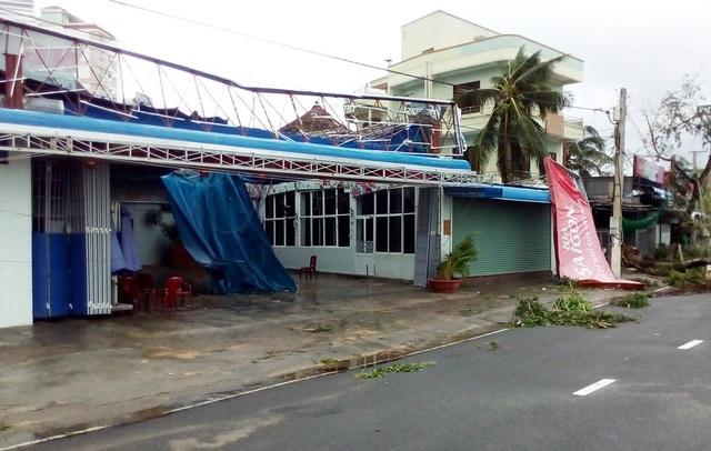 Nhà hàng hải sản ven trường Đại học Nha Trang mất biển hiệu, tốc mái