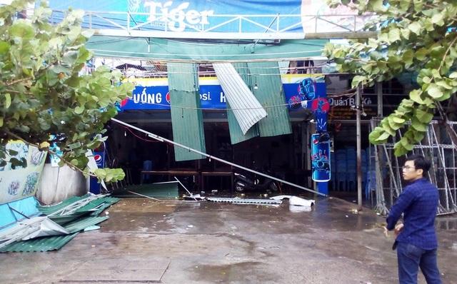 Nhà hàng hải sản trên đường Trần Phú bị xiêu vẹo, mái tôn văng tung tóe