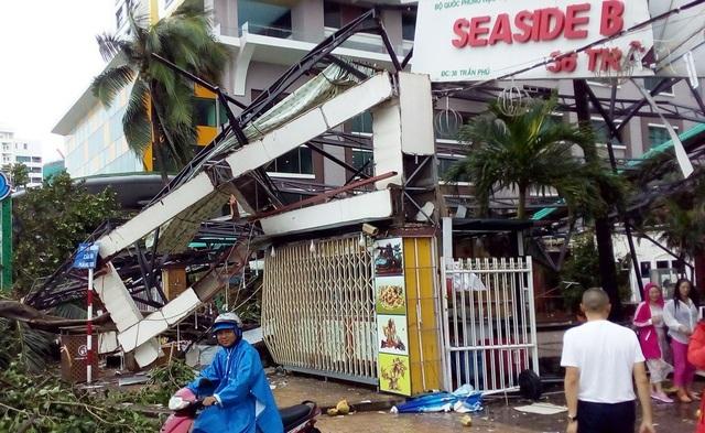 Biển hiệu một số nhà hàng trên tuyến đường Trần Phú - con đường đẹp nhất Nha Trang cũng bị hư hỏng nặng