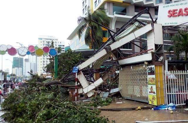 Biển hiệu cửa hàng ở đường Trần Phú vắt vẻo sau bão dữ