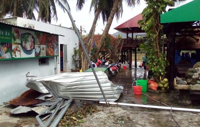 Biển hiệu, mái tôn nhà hàng nam sông Cái Nha Trang văng tung tóe, cong vênh do bão