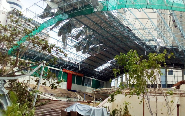 Nhà thi đấu thể thao - Trường Đại học Khánh Hòa bị tan tành sau bão số 12