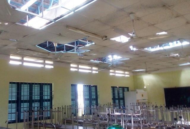 Hàng loạt trường học bị tốc mái, hư hỏng nặng do bão Damrey - 2