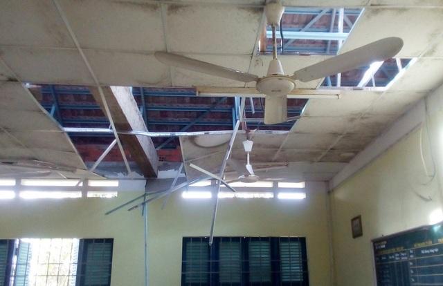 La-phong trường THPT Lê Hồng Phong (xã Vạn Hưng, huyện Vạn Ninh) bị hư hỏng nặng