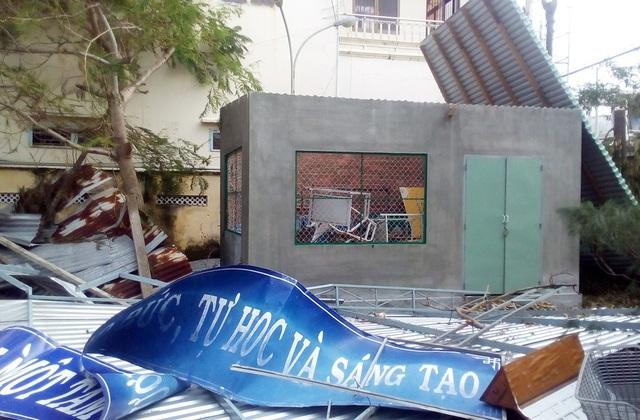 Cây xanh và nhà xe tại trường THPT Huỳnh Thúc Kháng (thị trấn Vạn Giã, huyện Vạn Ninh) cũng bị thiệt hại nặng