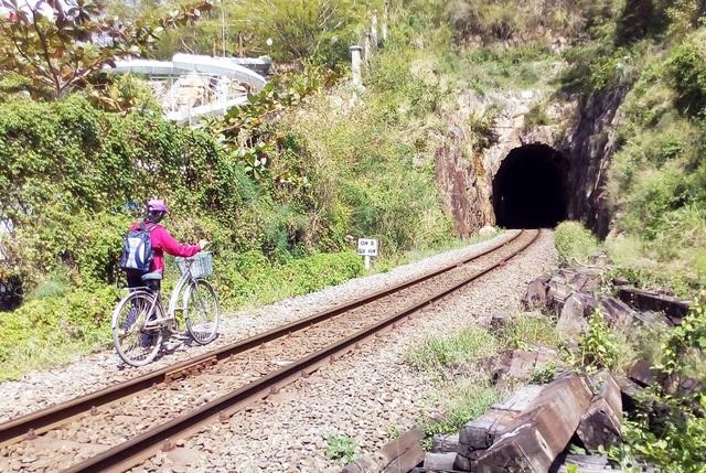 Học sinh chui hầm đường sắt đến trường sau bão Damrey - 1