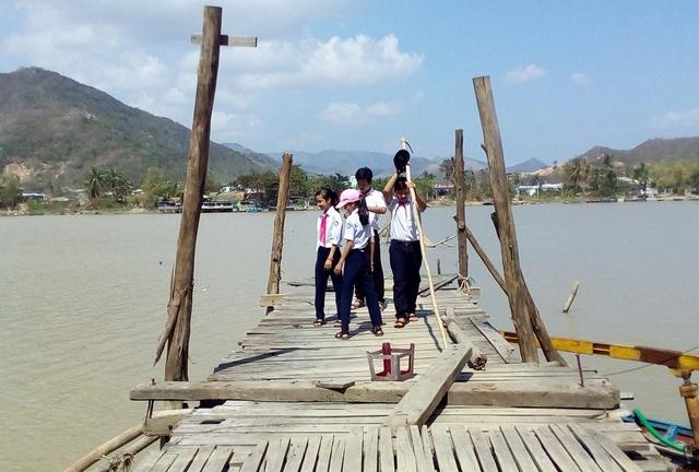 Cầu gỗ Phú Kiểng dài khoảng 400m, bắc qua sông Cái Nha Trang
