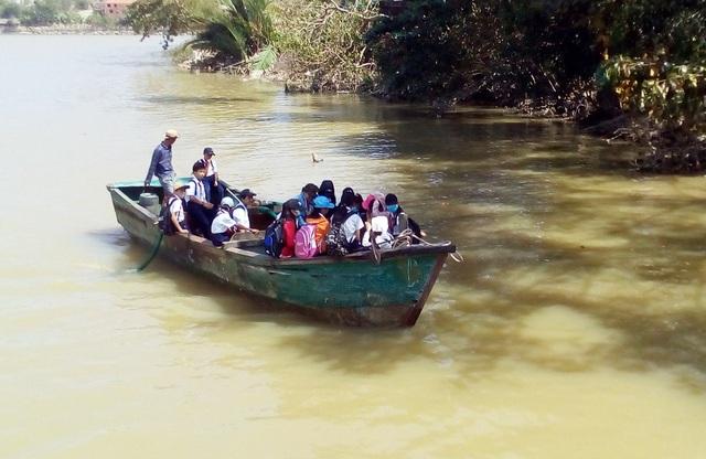 Phụ huynh tranh thủ đưa học sinh đến trường bằng thuyền vì không có cầu