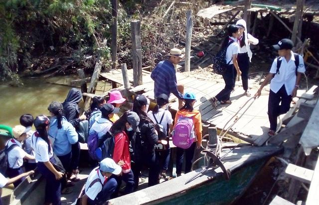 Học sinh chui hầm đường sắt đến trường sau bão Damrey - 6