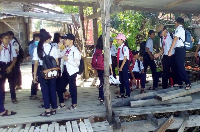 Hiện có gần 150 em trong tổng số hơn 600 em của trường THCS Cao Thắng đang chịu ảnh hưởng bởi việc không có cầu