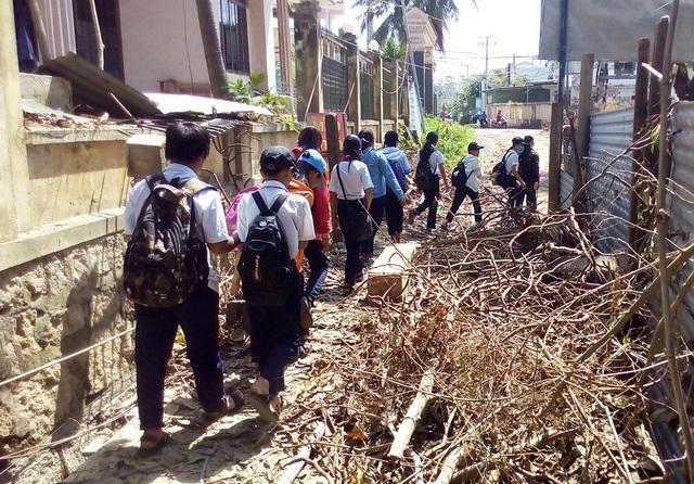 Học sinh chui hầm đường sắt đến trường sau bão Damrey - 9