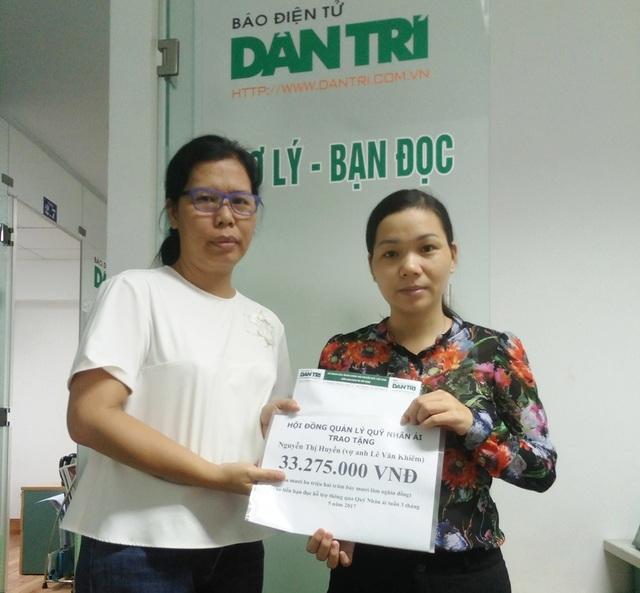 Nhà báo Lý Thị Toàn Thắng trao quà nhân ái cho gia đình chị Huyền