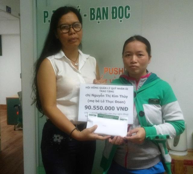 Nhà báo Lý Thị Toàn Thắng - Trưởng văn phòng đại diện báo Dân trí tại TPHCM, trao quà tặng của bạn đọc đến với gia đình chị Thùy
