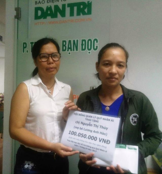 Nhà báo Lý Thị Toàn Thắng - Trưởng văn phòng đại diện báo Dân trí tại TPHCM, trao quà tặng của bạn đọc đến với gia đình chị Thủy