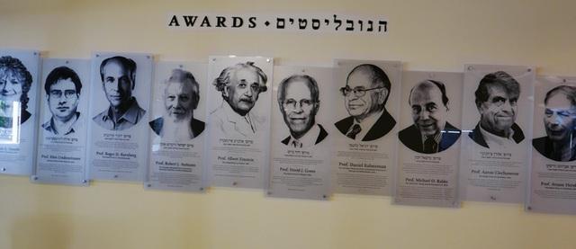 Chân dung của các chủ nhân giải thưởng danh giá được treo tại sảnh chính của Đại học Hebrew ở Jerusalem