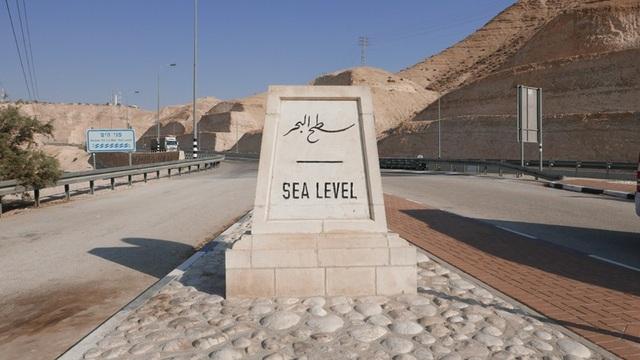 Biển Chết nằm thấp hơn 430m so với mực nước biển, khiến nó trở thành nơi thấp nhất trên Trái đất.