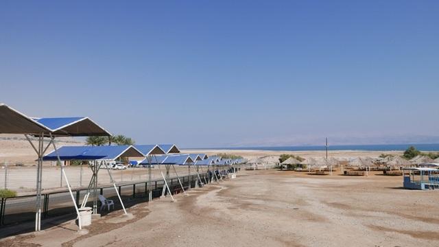 Con đường dẫn từ một khu du lịch ra Biển Chết.