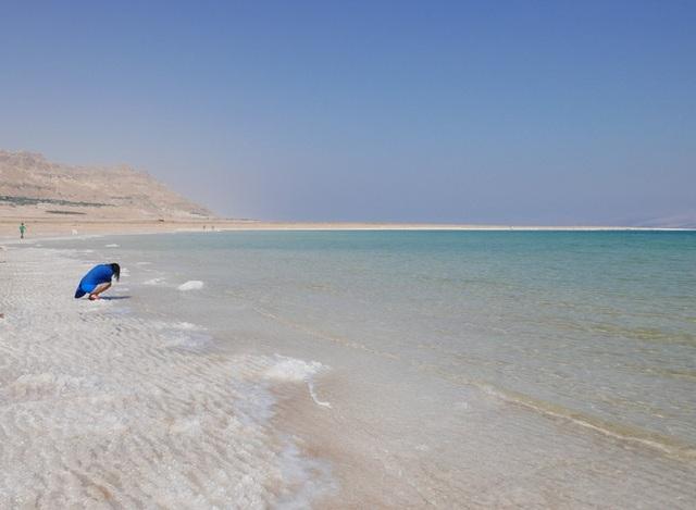 Đến khoảng 2 triệu năm trước, các vùng đất nằm giữa Thung lũng Vết nứt Lớn và Địa Trung Hải được nâng lên cao, khiến nước từ đại dương không còn khả năng tràn vào. Vì thế, vịnh đã trở thành hồ.