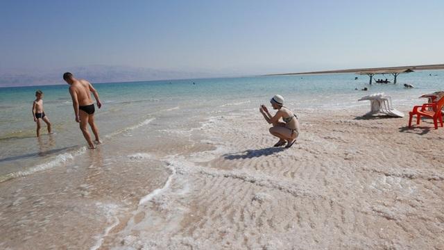 Muối trắng xóa đông cứng thành từng lớp bên bờ Biển Chết.