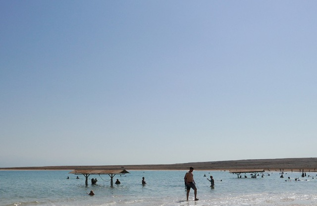 Sông Jordan là nguồn cung cấp nước chính cho Biển Chết. Nước đưa các khoáng chất có trong sông Jordan đổ vào Biển Chết và đọng lại đó mà không có lối ra. Do Biển Chết nằm giữa sa mạc và quanh năm rất ít mưa, khí hậu khô nóng, tốc độ bốc hơi nhanh của nước khiến nước ngày càng cạn dần và độ mặn gia tăng.