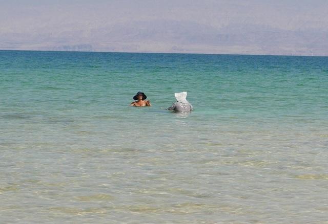 Cũng do nồng độ muối trong nước Biển Chết gấp gần 10 lần bình thường nên du khách được khuyến cáo tuyệt đối không để nước biển dây vào mắt và tránh các hoạt động như té nước, chạy nhảy.