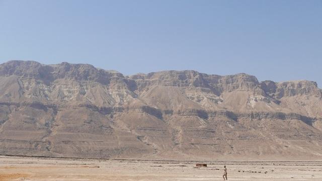 ...một bên là núi sừng sững dưới bầu trời xanh ngắt làm đốn tim du khách bốn phương.