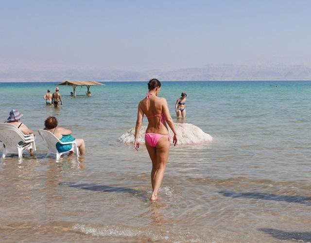 Nước ở Biển Chết chứa muối và nhiều loại khoáng chất được chứng minh là rất có lợi cho sức khỏe, có thể chữa các bệnh ngoài da và thấp khớp, kích thích tuần hoàn máu.