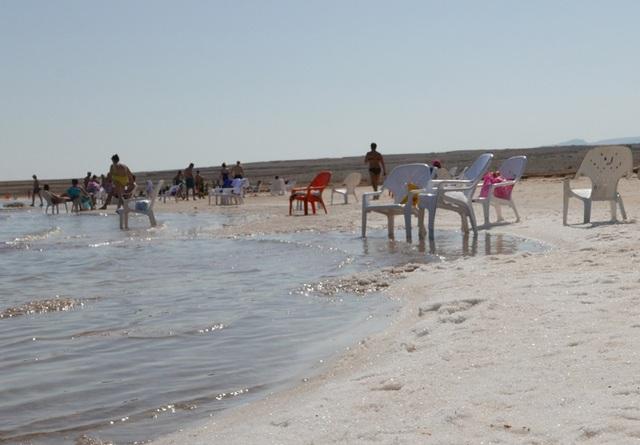 Một vấn đề lớn mà Biển Chết đang gặp phải là nước biển ngày càng cạn dần. Việc khai thác nước từ sông Jordan để phục vụ nông nghiệp đã khiến nguồn nước chính bổ sung cho Biển Chết bị giảm đáng kể.