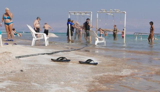 Du khách cũng được khuyến cáo không ngâm mình quá lâu trong nước biển có độ mặn cực cao như Biển Chết (không nên quá 45 phút). Các vòi nước sạch được lắp đặt ngay tại bờ biển để để các du khách có thể tráng qua người sau khi tắm trong nước biển.