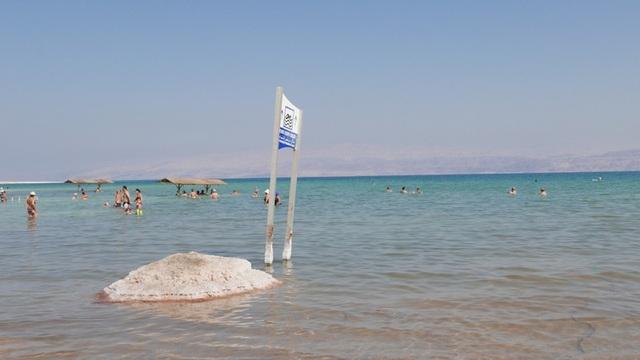 Theo USNews, mực nước Biển Chết giảm 1,3m mỗi năm và biển chết đã mất 1/3 diện tích bề mặt kể từ năm 1960. Một dự án đưa nước mặn vào Biển Chết dự kiến được khởi động vào năm 2018 nhằm giúp ổn định mực nước trong hồ này.