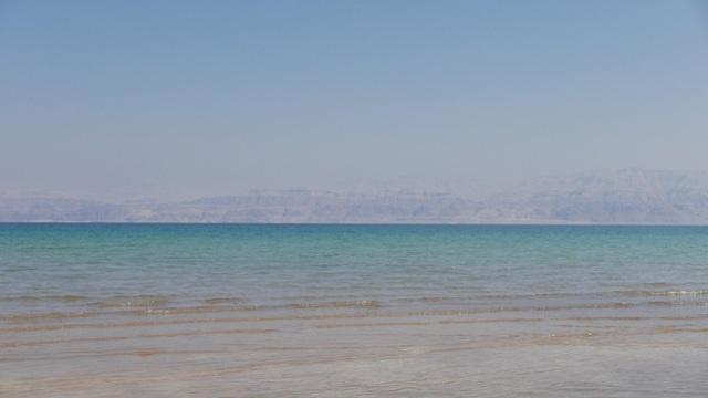 Khung cảnh thơ mộng giữa một bên là nước biển trong xanh và...