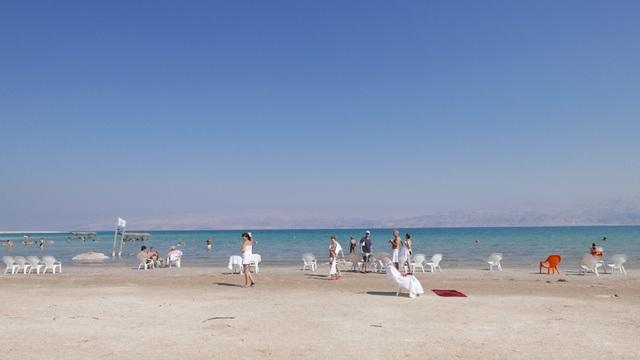 Biển Chết dài 50 km và chiều ngang ở nơi rộng nhất là 15 km. Nó hình thành cách đây hàng triệu năm.