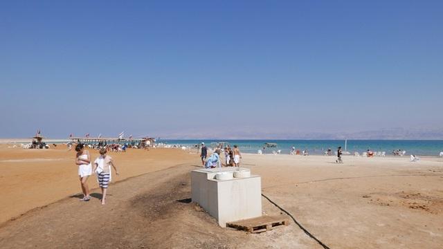 Một khu du lịch bên bờ Biển Chết tại Israel trang bị cả thùng bùn để du khách có thể xoa lên người trước khi xuống tắm trong nước biển siêu mặn.