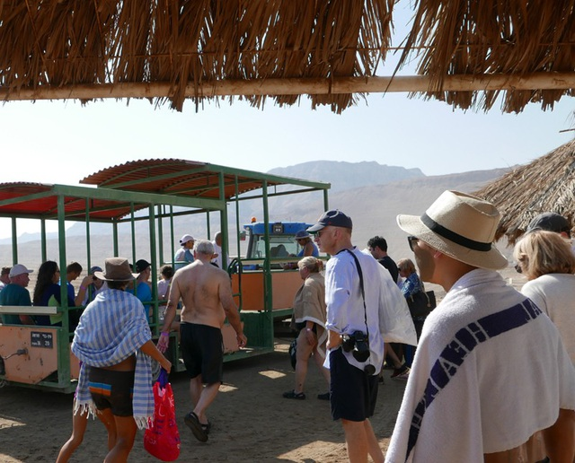Các du khách di chuyển bằng xe từ khu du lịch ra Biển Chết.