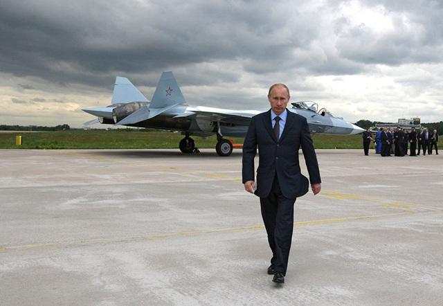 Giống như Mỹ, Nga cũng đã bắt tay xây dựng chương trình phát triển mẫu chiến đấu cơ thế hệ thứ 5 với tên gọi PAK FA nhằm tạo ra đối trọng với máy bay Raptor của Washington. Hiện Không quân Nga đang vận hành Sukhoi T-50 - một mẫu chiến đấu cơ đa nhiệm hạng nặng. (Ảnh: Sputnik)