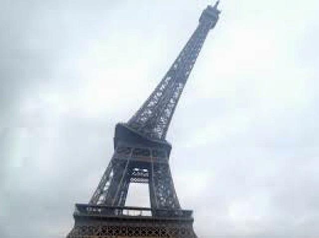 Một du khách đã vô tình bẻ cong biểu tượng của nước Pháp, chỉ với một cú rung tay khi đang chụp ảnh panorama.