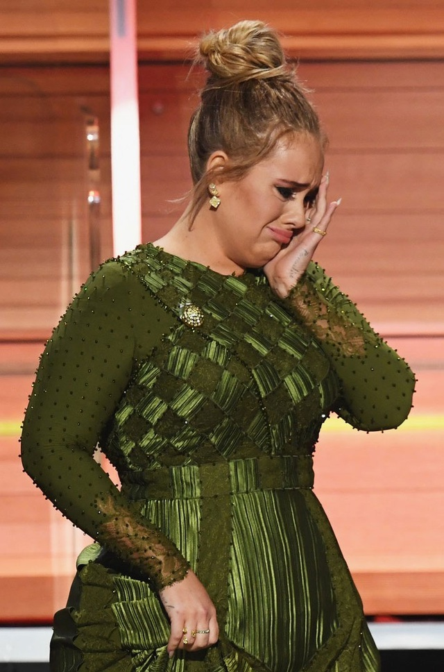Xen lẫn với nụ cười là những giọt nước mắt vì xúc động của Adele trên sân khấu Grammy năm 2017.