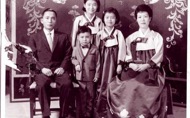 Bà Park Geun-hye sinh năm 1952, là con cả trong một gia đình chính trị. Cha bà là cố Tổng thống Park Chung-hee - người lên nắm quyền lãnh đạo đất nước sau cuộc đảo chính năm 1961. (Ảnh: Reuters)