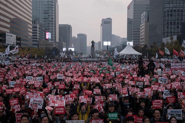 Hàng loạt cuộc biểu tình quy mô lớn đã nổ ra yêu cầu bà Park từ chức. (Ảnh: AFP)
