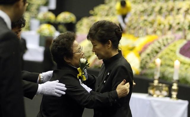 Đến nay dư luận Hàn Quốc vẫn đặt ra câu hỏi liệu bà Park đã ở đâu thời điểm xảy ra thảm họa chìm phà Sewol. (Ảnh: Reuters)