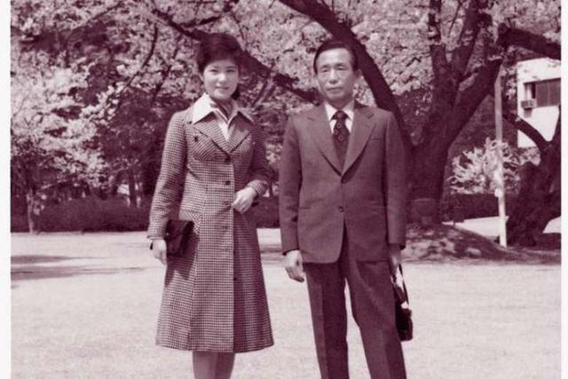 Bà Park cùng cha tại Nhà Xanh. (Ảnh: Reuters)
