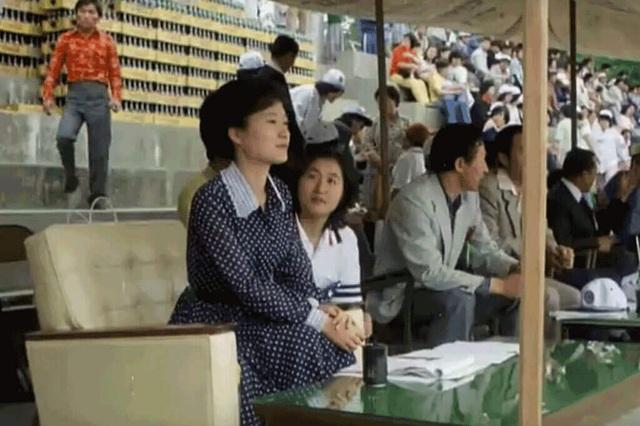Trong thời gian này, bà Park bắt đầu mối quan hệ thân thiết với người bạn Choi Soon-sil, người đứng sau bê bối tham nhũng, lạm quyền của bà Park sau này. (Ảnh: Straits Times)