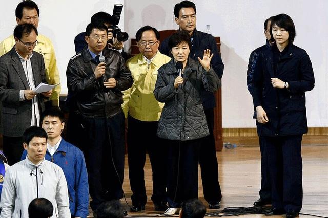 Bà Park bị chỉ trích gay gắt vì sự thiếu trách nhiệm trong vụ chìm phà Sewol năm 2014 khiến hơn 300 người thiệt mạng. Trong ảnh: Bà Park nói chuyện với thân nhân các nạn nhân vụ chìm phà. (Ảnh: EPA)