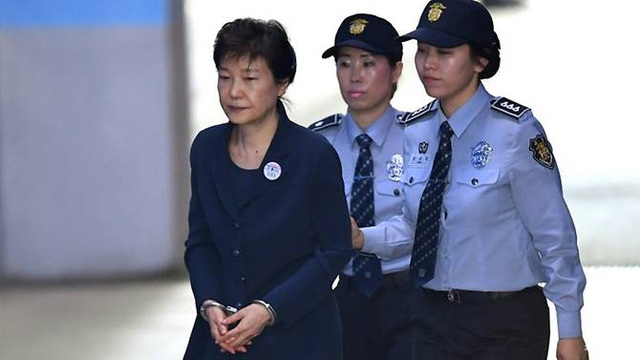 Cựu Tổng thống Hàn Quốc Park Geun-hye bị đưa tới tòa xét xử hồi tháng 5 (Ảnh: AFP)