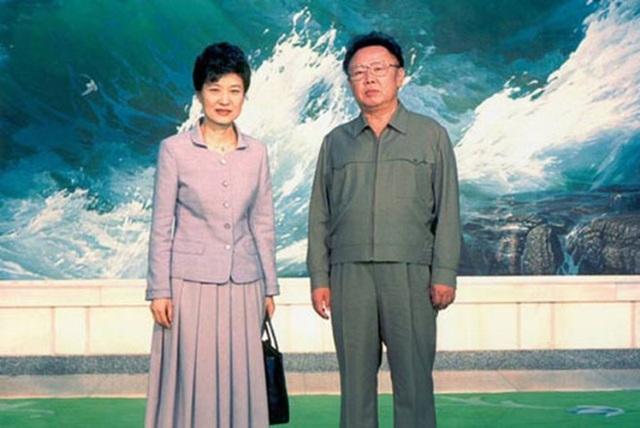 Năm 2007, bà Park tranh cử chức tổng thống nhưng thất bại. Năm 2012, bà tái tranh cử với cam kết thúc đẩy nền kinh tế, gia tăng phúc lợi và cải thiện quan hệ với Triều Tiên. Trong ảnh: Bà Park chụp cùng với cố lãnh đạo Triều Tiên Kim Jong-il hồi tháng 5/2002. (Ảnh: Reuters)